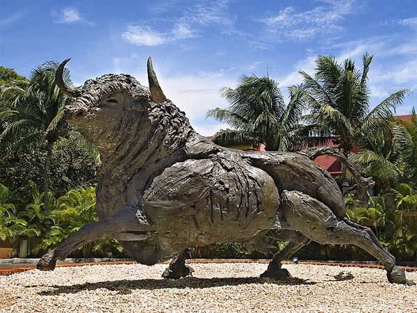 Памятник быку в Мексике