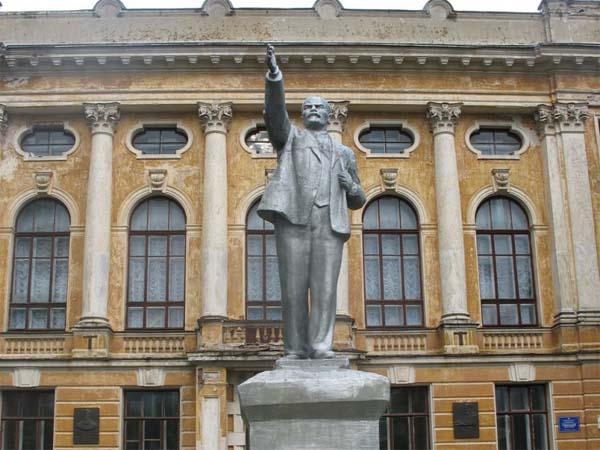 Памятник Ленину в Ростове покалечил человека