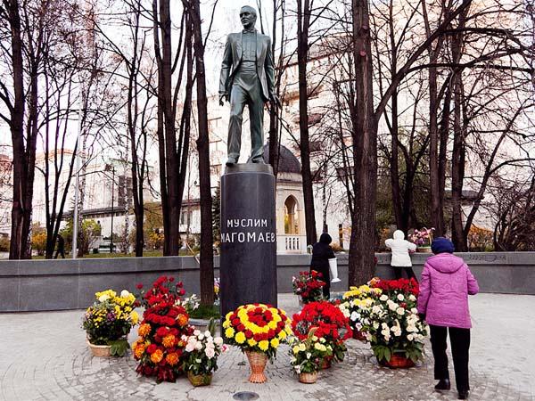 Памятник Магомаеву в Москве