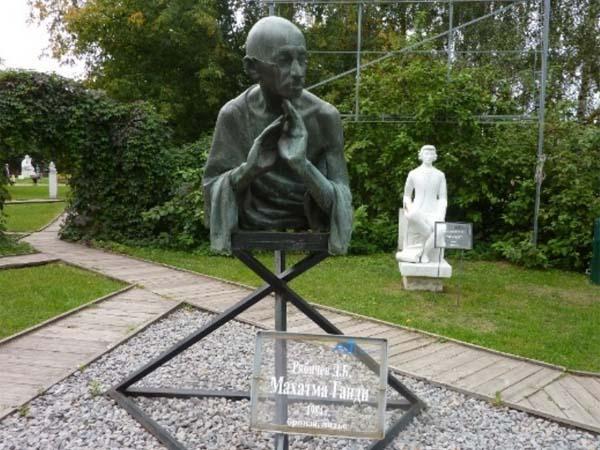 Памятник Махатме Ганди в Москве