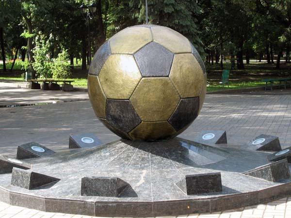 Памятник мячу в Харькове