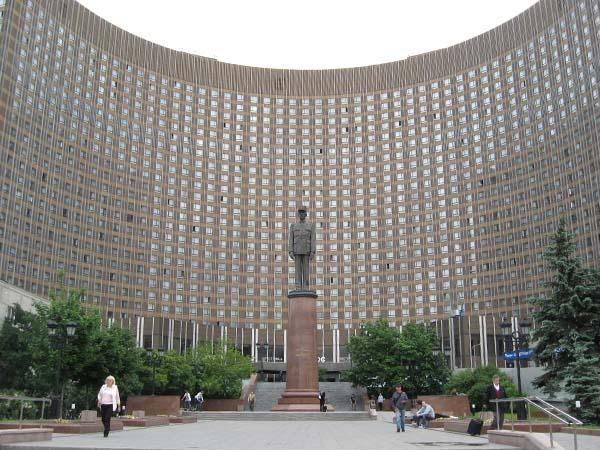 Памятник Шарлю де Голлю в Москве