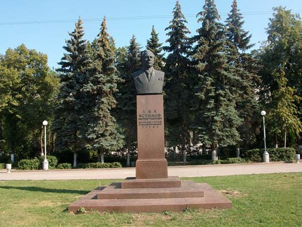 Памятник Устинову в Самаре
