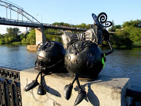 Памятник влюбленным колобкам в Днепропетровске