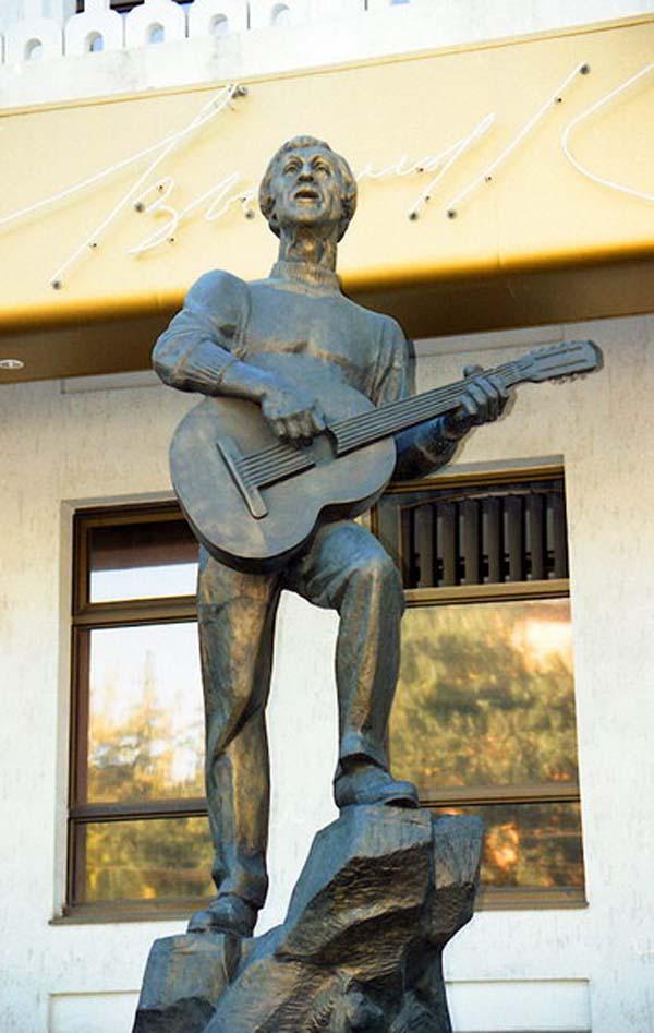 Памятник Высоцкому в Мелитополе