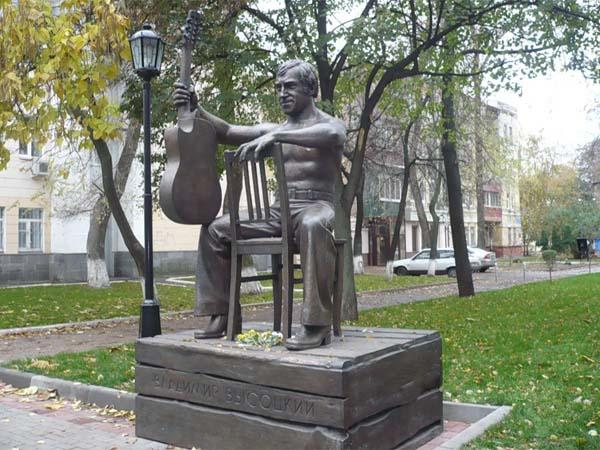 Памятник Высоцкому в Воронеже