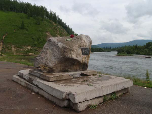 Памятники Высоцкому в Выезжем Логе