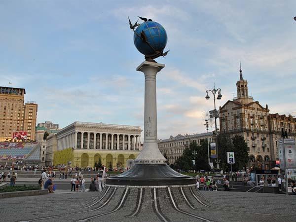Памятник глобусу в Киеве