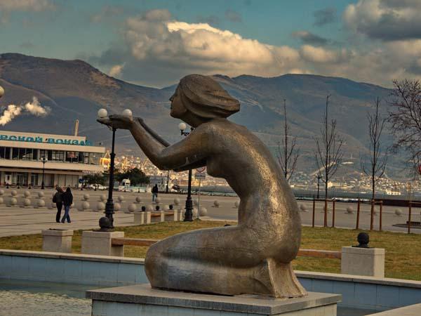 Памятник Дарующая воду в Новороссийске