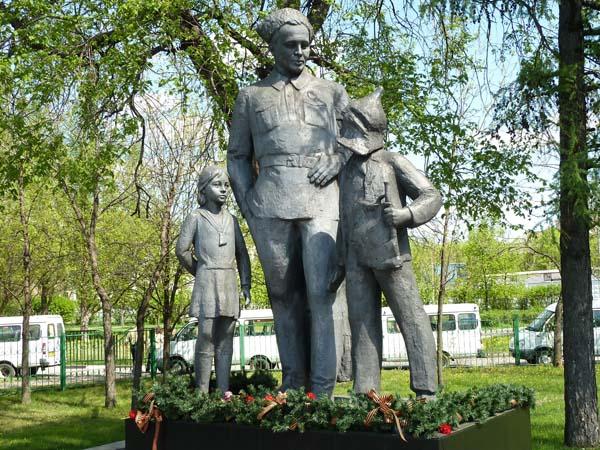 Памятник Гайдару А.П. в Москве