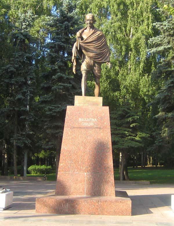 Памятник Ганди в Москве