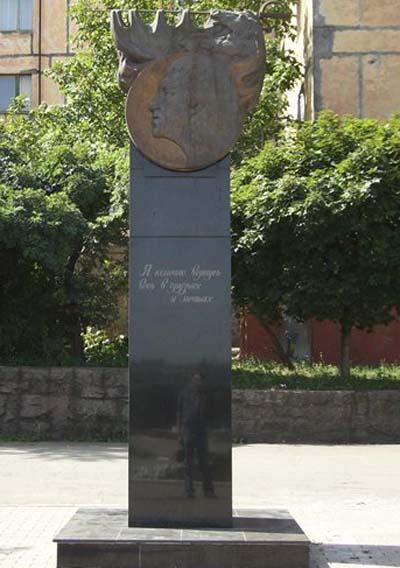Памятник Высоцкому в Мариуполе