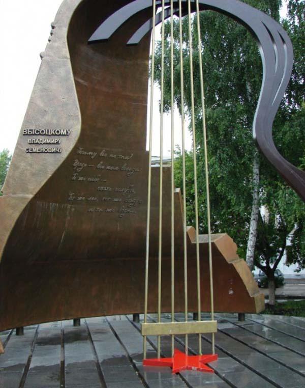 Памятник Высоцкому в Набережных Челнах