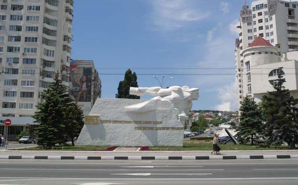 Памятник матрос с гранатой