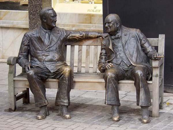 Скульптурная композиция в Лондоне — Рузвельт и Черчилль на лавочке