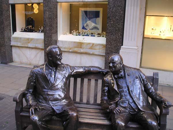 Скульптурная композиция в Лондоне - Рузвельт и Черчилль на лавочке