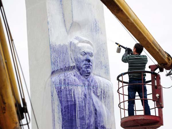 Памятник Ельцину в Екатеринбурге подвергся нападению