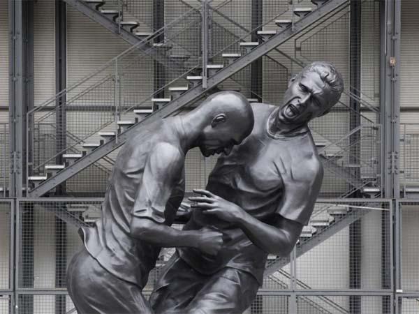 Памятник - месть футболиста