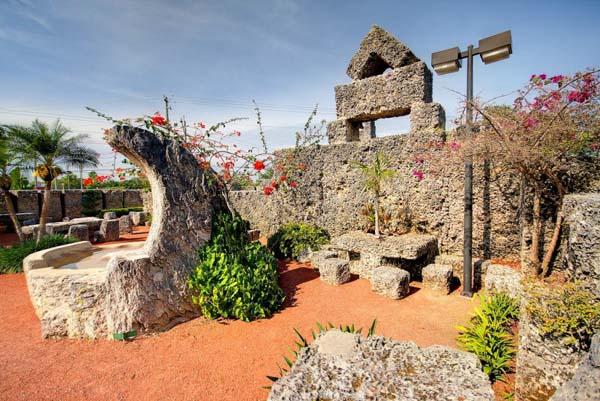 Памятники архитектуры. Каменная мебель в Коралловом замке во Флориде