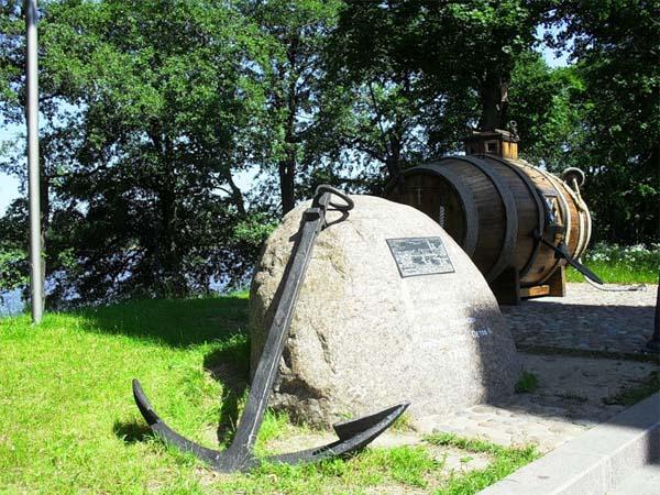 Разрушение памятника погибшим подводникам в Санкт-Петербурге