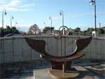 Памятник скамейка примирения