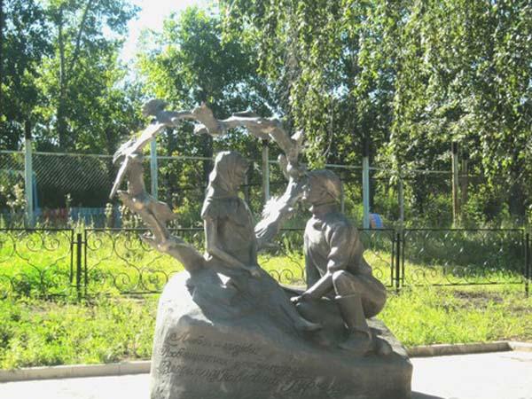 Скульптура Любовь и голуби
