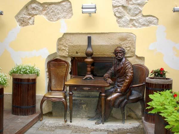 Памятник автору керосиновой лампы