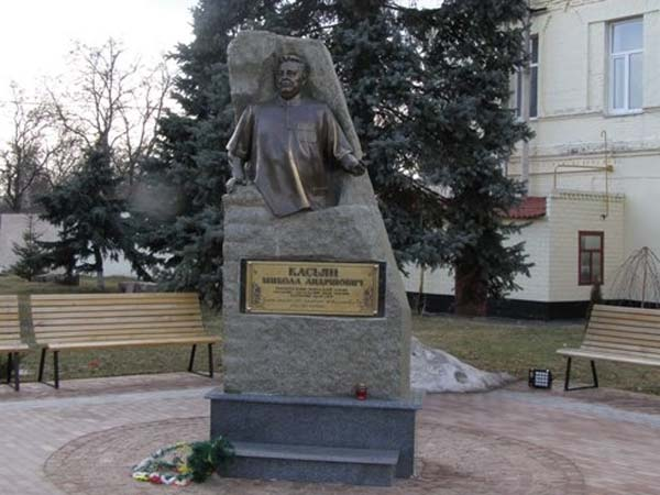 Памятник мануальному терапевту Касьяну