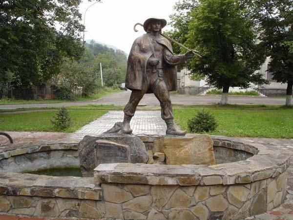 Памятник Закарпатскому почтальону