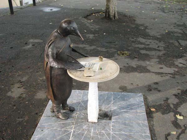 Скульптура Пингвин-философ