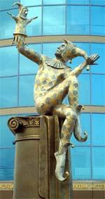 Памятник арлекину
