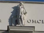 Скульптуры богинь в Омске