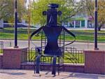 Скульптура сидящий человек
