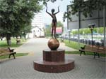 Памятник девочка на шаре