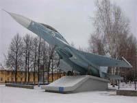 Памятник самолету СУ-27