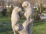 Памятник попугаям в Новороссийске