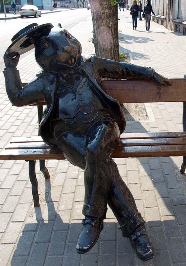 Памятник Бобер на скамейке