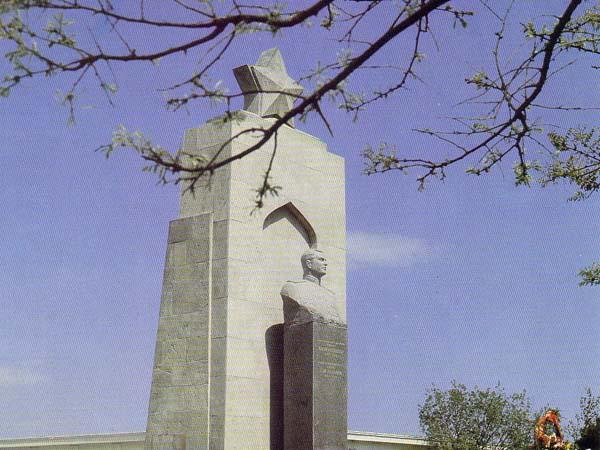 Памятник Ази Асланову