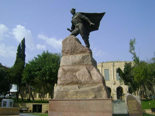 Памятник Мехти Гусейнзаде