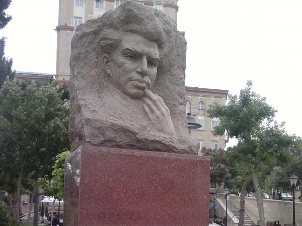 Памятник Микаилу Мушфигу