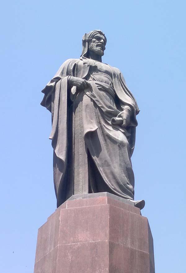 Памятник Низами Гянджеви
