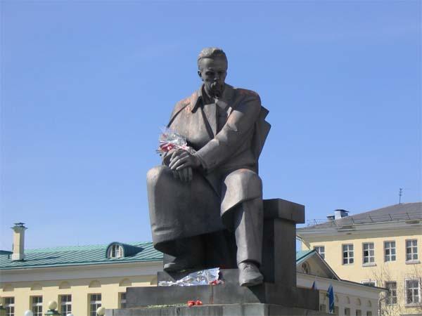 Памятник в екатеринбурге на ул техническаяватутина история создания гранитная брусчатка новгород купить