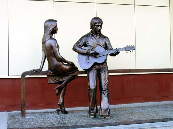 Памятник Высоцкому и Марине Влади
