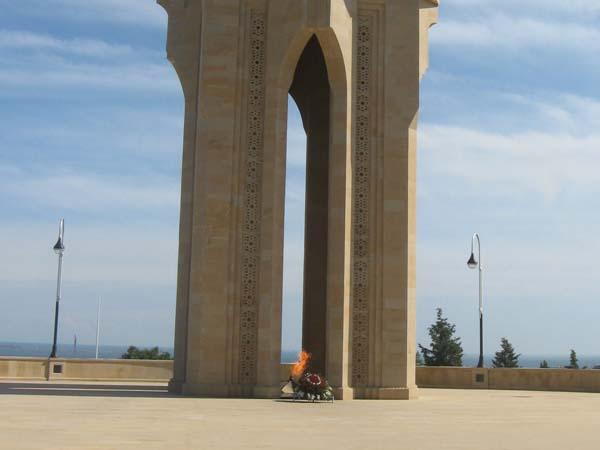 Монумент «Вечный огонь» в Баку