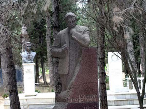 Памятник-бюст Муслиму Магомаеву
