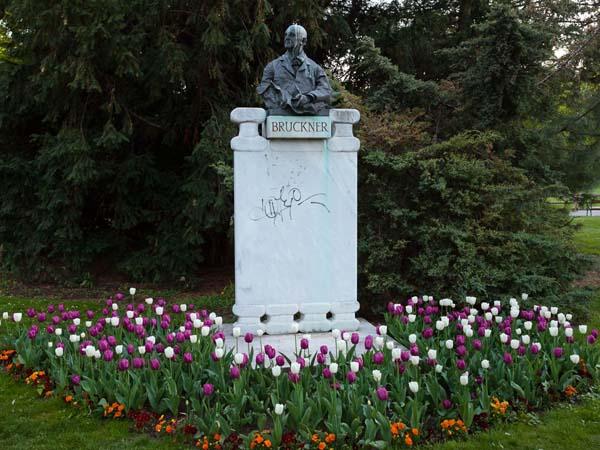 Памятник австрийскому композитору Антону Брукнеру в Вене