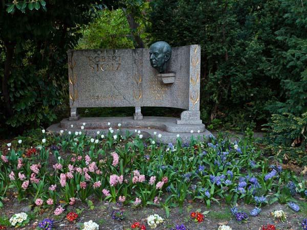 Памятник австрийскому композитору Роберту Штольцу в Вене