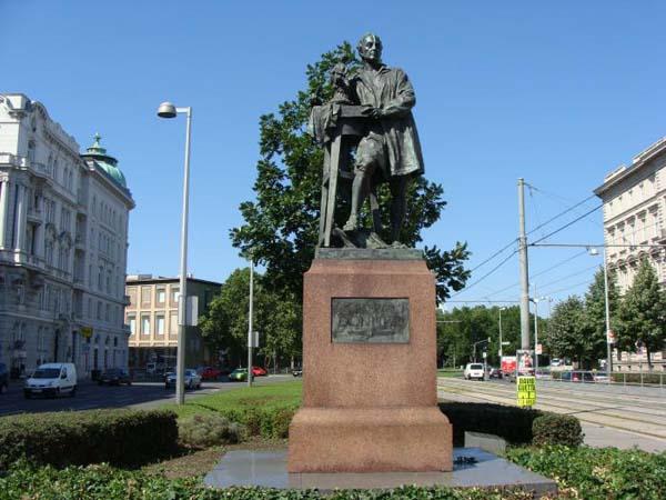 Памятник австрийскому скульптору Георгу Рафаэлю Доннеру в Вене