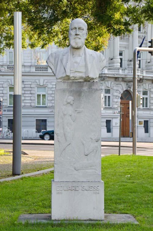 Памятник Эдуарду Зюссу в Вене