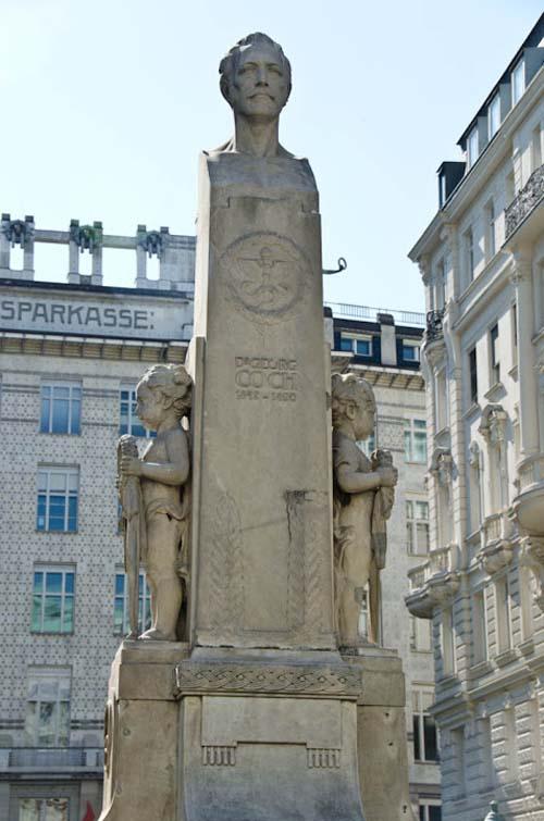 Памятник Роберту Коху в Вене